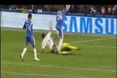 Petr Čech schytal v utkání s Evertonem (1:1) tvrdý úder do hlavy.