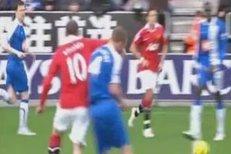 Wayne Rooney se po soupeři dost nevybíravě ohnal loktem - potrestán nebude