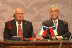 """Václav Klaus si v Chile """"vypůjčil"""" pero"""