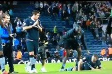 Mario Balotelli při děkovačce podtrhnul nohy Edinu Džekovi.
