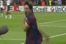 Lionel Messi při gólové oslavě sejmul Daniela Alvese mikrofonem
