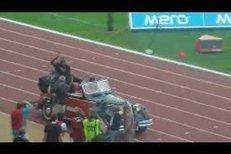 Usain Bolt zdraví diváky během zahájení Zlaté tretry na stadionu v Ostravě