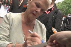 Judy Dench se těší až postaví cenu karlovarského festivalu vedle svého Oskara