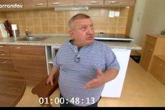 Jirka Krytinář dohání své centimetry pomocí stoličky