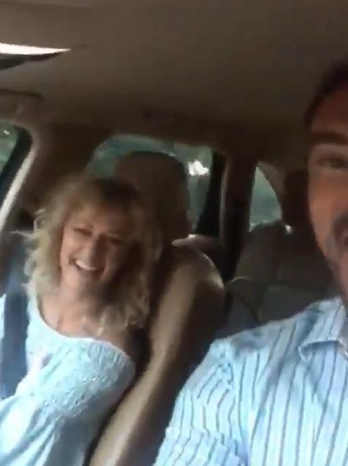 Lucie Hunčárová a Emanuele Ridi se natáčí během jízdy v autě.