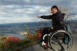 """Na prahu dospělosti utrpěla Alena Jančíková úraz, který ji doživotně svázal sinvalidním vozíkem. """"Ty první měsíce pořád věříte tomu, že je to sen,"""" vzpomíná na těžké období se slzami vočích dnes již třiačtyřicetiletá žena. Nelehké byly i začátky vzaměstnání. Na ty si vzpomněla po letech vsouvislosti s potřebou pomáhat ostatním, kteří se dostali do podobné situace. A chuť být užitečná spojila se svou láskou ksecond handům. Vznikl tak projekt Hvězdného bazaru, který dává druhou šanci nejen oblečení, ale i lidem, kteří vdůsledku úrazu či nemoci přišli o práci."""