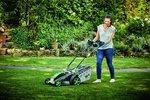 Na pořádnou dávku jarní péče netrpělivě čeká i trávník na vaší zahradě, proto je třeba nezanedbat důkladnou přípravu. Co je tedy třeba udělat pro to, aby byl krásný, hustý, sytě zelený a prosperující po celé letošní léto? Zde je několik rad, jak na to.