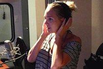 Lucie v dabingovém studiu.