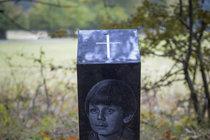Pomníček na místě tragické autonehody.