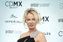 Padesátka na krku Pamelu Anderson nezastaví: Kouzelná  asistentka