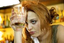 Proč se ženy stávají alkoholičkami? Pijí nejčastěji tajně doma!