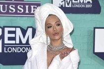 Rita Ora na cenách MTV: Na rudý koberec přímo ze sprchy