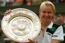 Jana Novotná s trofejí pro vítězku Wimbledonu, kterou konečně získala v roce 1998