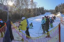 Skiareál Monínec u Sedlce-Prčice na Příbramsku se už o víkendu zaplnil lyžaři. Speciální technologie umí vyrábět sníh i při teplotách nad nulou.
