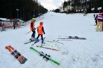 I navzdory nepříznivému počasí o víkendu v Krkonoších lyžovaly stovky lidí.