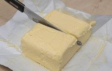 Drahá zlodějna! Žena z Kolína sáhla v supermarketu do chlaďáku, popadla dvě kostky másla za 120 Kč a chystala se co nejrychleji zmizet. Netušila však, že má v patách ochranku, která už zalarmovala městskou policii.