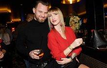 S novým partnerem není ani rok a už se mu silikonová sexbomba Dominika Mesarošová (32) podřizuje. Modelka se rozhodla pro radikální změnu ve svém životě a stěhuje se ze svého luxusního domu v Praze do Brna.