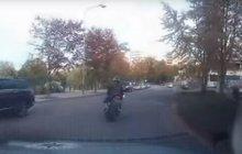 Zběsilá honička se odehrála v Lounech. Policistům tam ujížděl motorkář (31), který, jak se později ukázalo, byl pod vlivem drog. Ulicemi města se hnal rychlostí až 120 km/h.