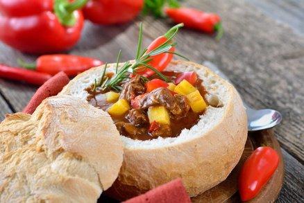 Gulášová polévka v bochníčku chleba
