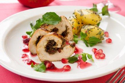Kuřecí roláda plněná sušenými brusinkami a pestem