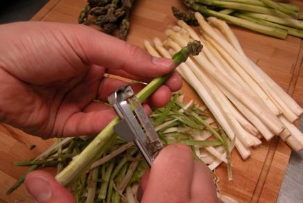 Chřest omyjte, oloupejte a uvařte ve slané vodě, do které jste přidala kostku cukru. Vařte 10 až 15 minut.