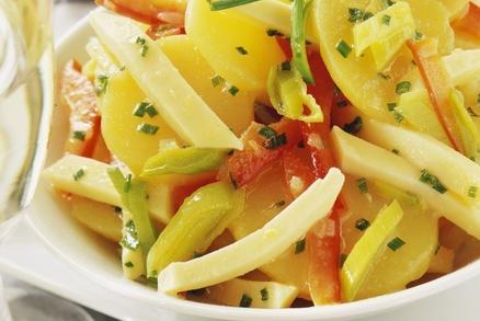 Bramborový salát se sýrem a paprikou