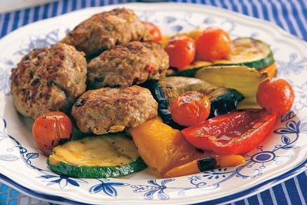 Grilované mleté mäso so zeleninou