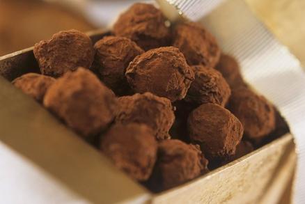 .Kuličky z ořechů obalené v kakaovém prášku vypadají luxusně a přitom jsou hned hotové.