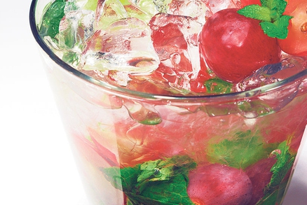Ovocná bowle patří na každý silvestrovský stůl