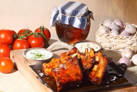 K žebrům v medové marinádě se výborně hodí česneková či sýrová omáčka.
