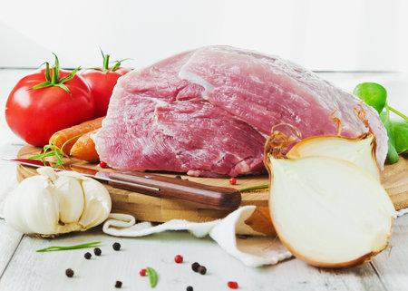Nejlépe je čerstvé maso skladovat v lednici na prkýnku po čistou utěrkou.