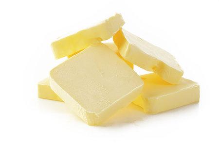 Kromě tří typů másel, kde je hlavní a jedinou složkou mléčný tuk, najdete na pultech obchodů i další výrobky označené jako másla, které mají nejméně 75 % mléčného tuku.