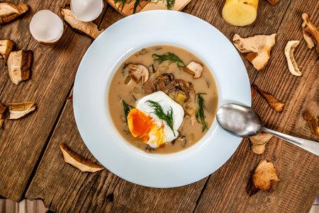 Kulajda patří mezi naše tradiční pokrmy. Základ kulajdy tvoří kopr, smetana nebo mléko, vajíčka a brambory.