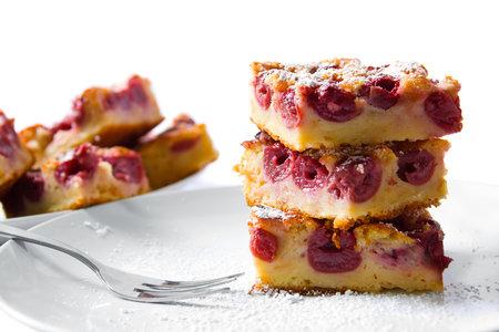 Díky polevě ze zakysané smetany je tenhle třešňový koláč nádherně vláčný. Vyzkoušejte ho také.
