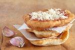 Tradiční langoše: Nesmějí v nich chybět brambory a jedí se s kečupem i se skořicí