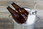 3 triky, jak bleskově vychladit víno, pivo a další nápoje