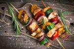 Špízy nejen na gril: Z vepřového, kuřecího i pro vegetariány