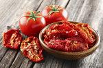 Velká úroda rajčat? Udělejte z nich domácí kečup, omáčku nebo je usušte!