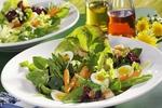 Jarní salát s chřestem a vejci