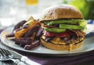 Domácí hamburger na grilu s avokádem