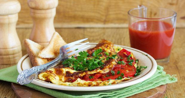 Sýrová omeleta s rajčaty je rychlá, ale opravdu chutná.