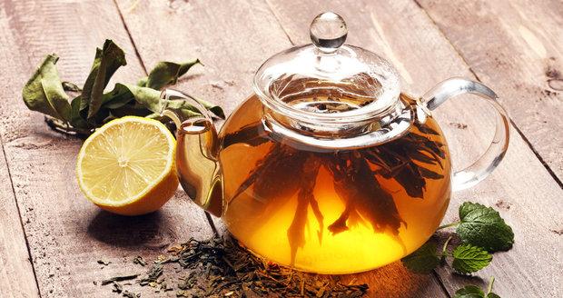 Černé a čaje můžete zalít vařící vodou, u zelených, bílých a žlutých čajů by pak voda měla mít okolo osmdesáti stupňů Celsia.