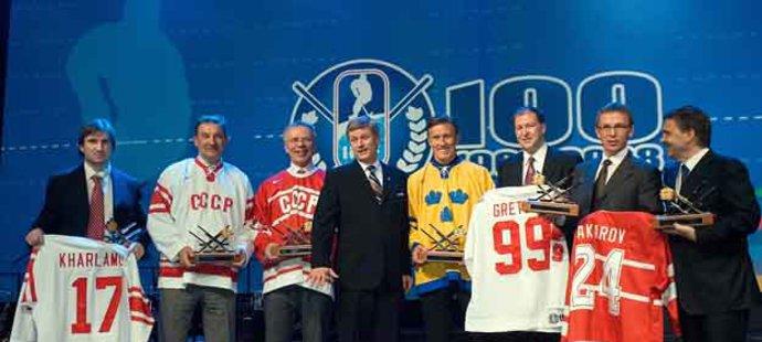 IIHF vyhlásila All Star tým století - zleva Alexander Charlamov (syn oceněného otce Valeruje), Vladislav Treťjak, Vjačeslav Fetisov, Börje Salming , Wayna Gretzkého zastupoval Kevin Lowe a Sergeje Makarov jeho spoluhráč Igor Larionov.