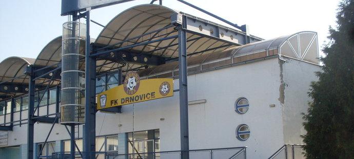 Kdysi prvoligový stadion v Drnovicích, který hostil i reprezentační utkání
