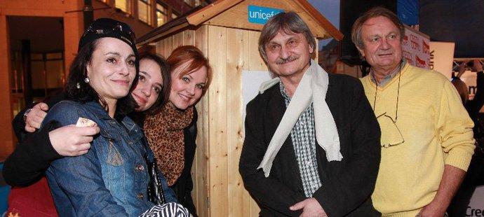 Herci ze seriálu Cesty domů se postavili do fronty na kadibudku