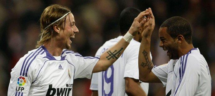 Guti (vlevo) v dresu Realu Madrid.
