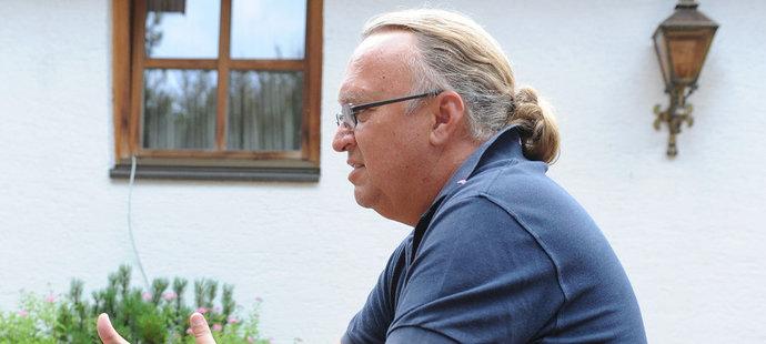 Vlastimil Košťál s culíkem při rozhovoru pro deník Sport