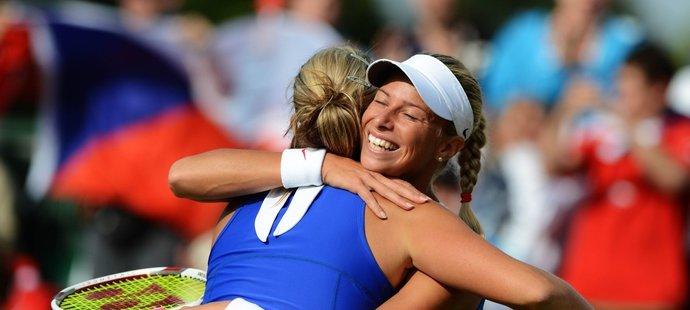 Andrea Hlaváčková (vepředu) s Lucií Hradeckou během tenisového turnaje v olympijském Wimbledonu