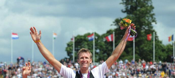 Stříbrný Ondřej Synek (vlevo) a bronzový Alan Cambell zvedají na ramena olympijského vítěze Mahe Drysdala