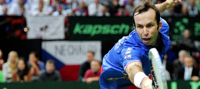 Radek Štěpánek dobíhá míček v rozhodující bitvě proti Almagrovi
